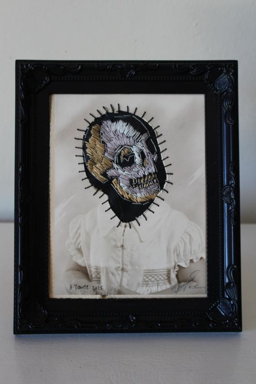Title: Kind des doods Medium: Photograph, cotton thread and rubber Size: 27 x 23 cm